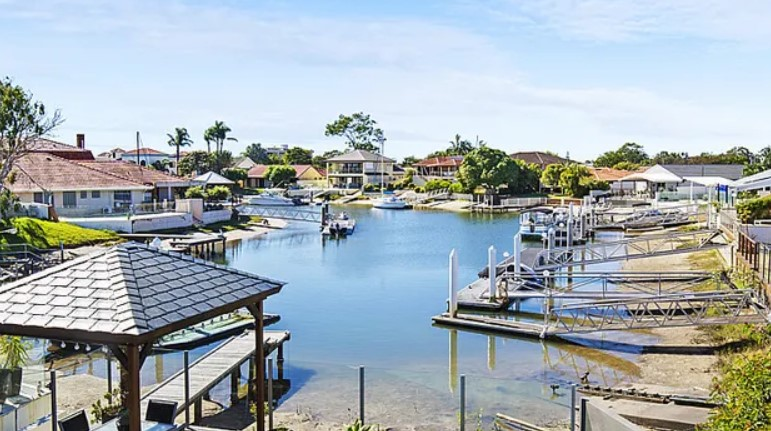 Superior and Stylish Waterfront Living in an Exclusive Enclave (Professionals Vertullo)